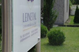 Informationsschild mit der Anschrift der Leinetal Gymnasium und Realschulen